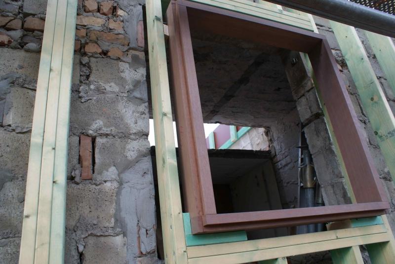 Plaatsen blokkaders voor houten buitenschrijnwerk