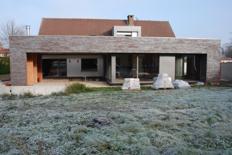 Aanbouw met overdekt terras, keuken en bureau, afgewerkt met gelijmde gevelsteen