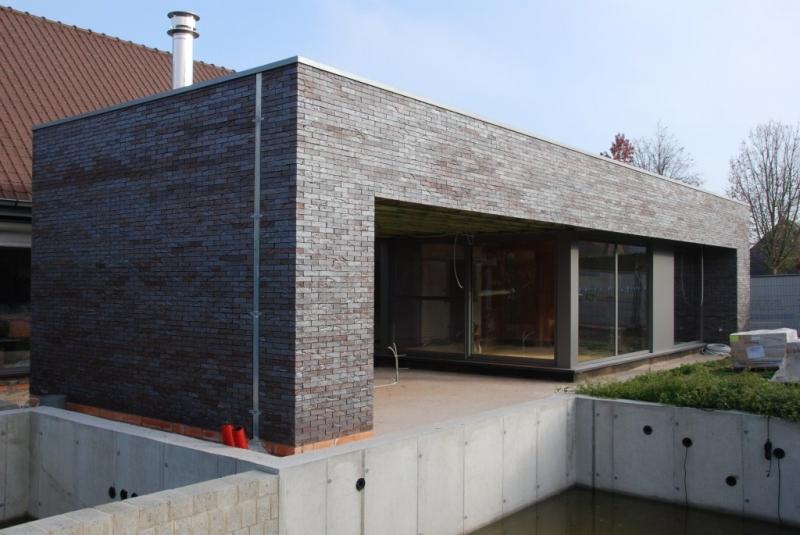 Aanbouw met zwemvijver in ter plaatse gegoten beton