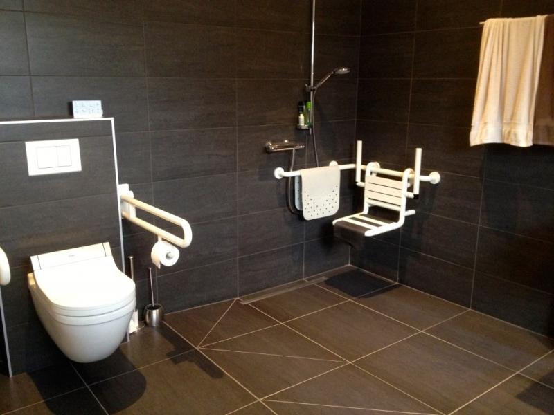 Aangepaste badkamer voor persoon in rolstoel