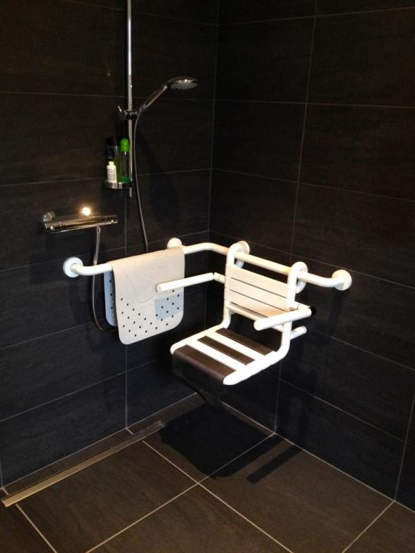 Aangepaste douche voor persoon in rolstoel