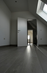 Zolderrenovatie: gyrpocwerken en plaatsen van nieuwe vloerbekleding in laminaat, binnendeuren en vernieuwen van de elektriciteit