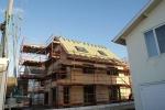 De gevel werd geïsoleerd en bekleed met Gutex, daktimmer is klaar en nieuwe dakbekleding wordt gelegd