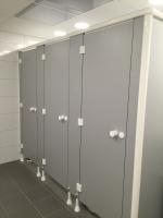 renovatie sanitaire ruimte - plaatsen sanitaire cabines