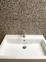 Badkamer met betegeling Bomarbre tegels
