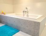 badkamer, vloer loopt door in badwand