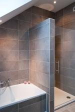 Badkamerrenovatie: plaatsen van vloer- en wandtegels, bad- en douche + douchedeur